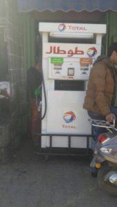 Une pompe à essence en plein milieu de Jemaa El Fna